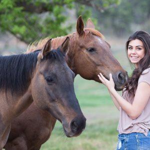 jeune femme et chevaux dans un pré